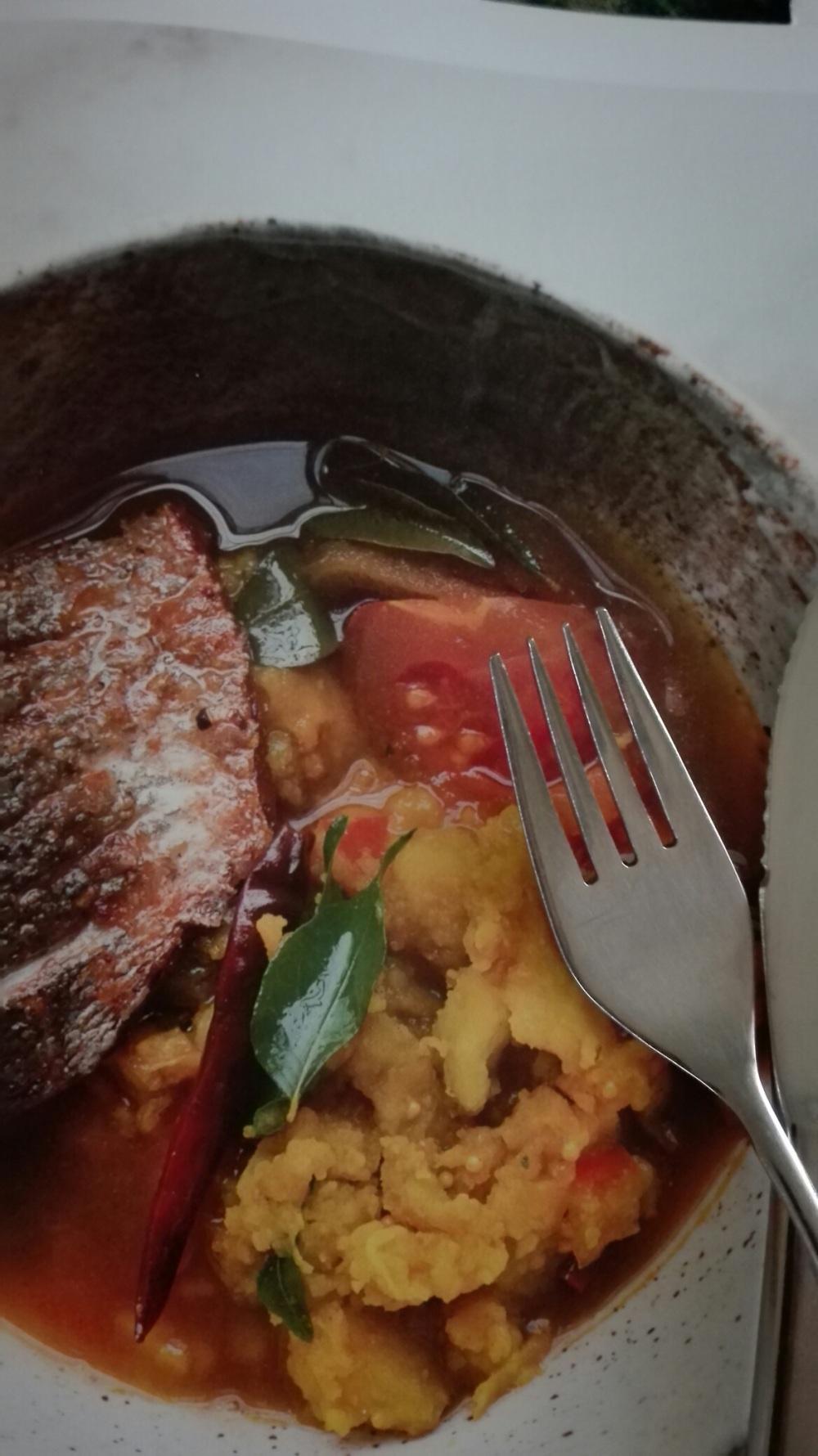 gebakken vis met geelwortelaardappels in rasambouillon